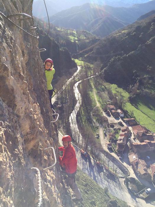 Chicos ascendiendo escalera en roca