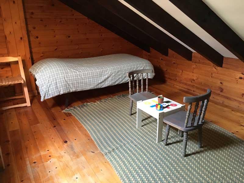 2 habitacion abuardillada con detalle de parchis