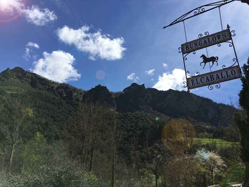 Cartel de entrada con vista de montaña al fondo